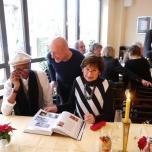 Der Kölner Regiseur Franz-Josef Heumannskämper fachsimpelt mit dem amerikanischen Maler und Designer und Anke Huth Studentin des Historischen Seminars Uni Bonn