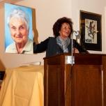 Dr. Margit Ramus mit dem Bild ihrer verstorbenen Mutter