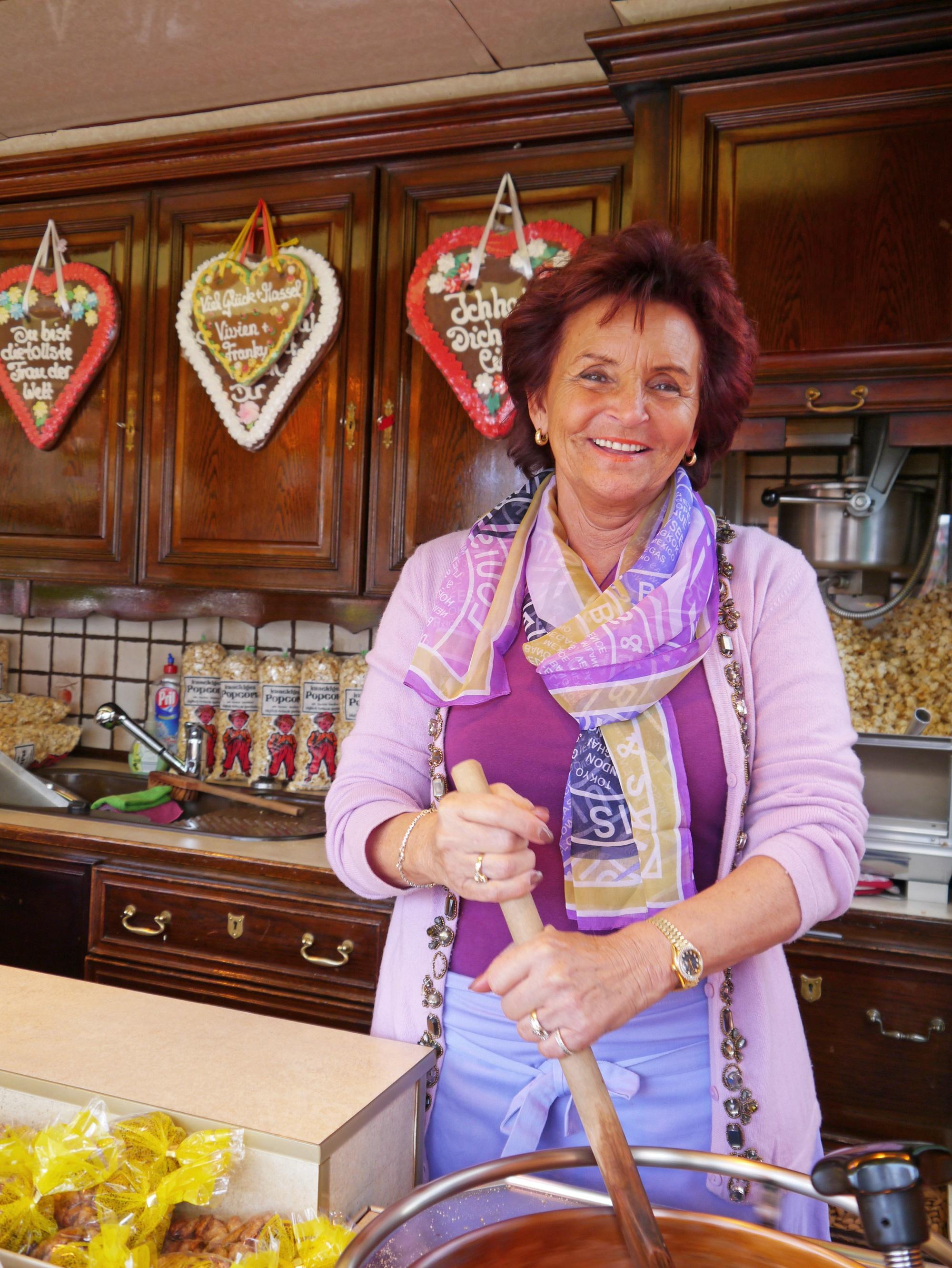 Margit Ramus bereitet gebrannte Mandeln vor (Bild: KR)