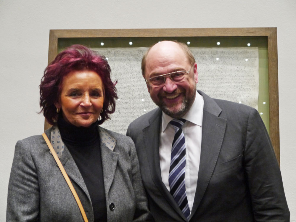 """Martin Schulz, Präsident des Europäischen Parlaments, gratulierte in Köln Dr. phil. Margit Ramus zu Ihrer Doktorarbeit """"Kulturgut Volksfest. Architektur und Dekoratiion imSchaustellergewerbe""""."""